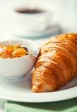 Croissant con ostruzione arancione su una zolla fotografia stock