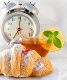 Croissant con ostruzione e tè con un limone Fotografia Stock