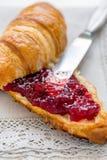 Croissant con ostruzione per la prima colazione Fotografia Stock Libera da Diritti