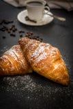 Croissant con zucchero e caffè immagine stock libera da diritti