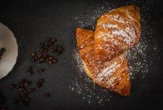 Croissant con zucchero e caffè fotografie stock libere da diritti