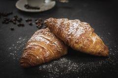 Croissant con zucchero e caffè fotografia stock