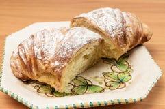 Croissant cortado ao meio em um prato Foto de Stock