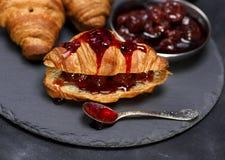 Croissant cozido com doce de morango Imagem de Stock