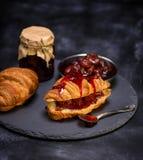 Croissant cozido com doce de morango Fotografia de Stock Royalty Free