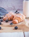 Croissant cozidos frescos com a garrafa do leite Imagem de Stock