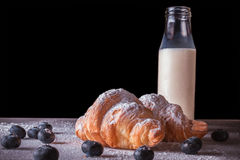 Croissant cozidos frescos com a garrafa do leite Imagem de Stock Royalty Free