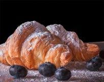 Croissant cozidos frescos com mirtilos Fotos de Stock