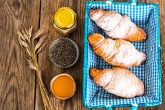 Croissant croccanti deliziosi nel canestro del pane fotografia stock libera da diritti