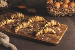 Croissant crudo con gli ingredienti fotografia stock libera da diritti