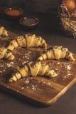 Croissant crudo con gli ingredienti fotografia stock