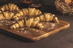 Croissant crudo con gli ingredienti fotografie stock