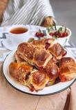 Croissant cuit au four fait maison avec les cerises fraîches de jardin photographie stock
