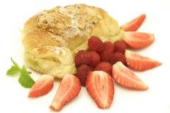 Croissant da amêndoa com bagas Imagem de Stock Royalty Free