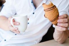 Croissant da bebida do homem do rafrescamento da apreciação do petisco foto de stock royalty free