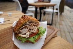 Croissant da carne de porco da tração com tomate e alface verde foto de stock royalty free