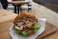 Croissant da carne de porco da tração com tomate e alface verde imagem de stock royalty free