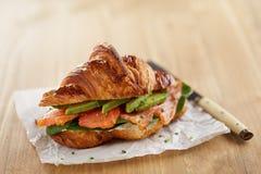 Croissant da manteiga com abacate e salmões Imagem de Stock Royalty Free