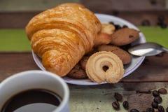 Croissant de biscuits avec du café Image stock
