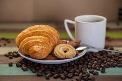 Croissant de biscuits avec du café Photo stock