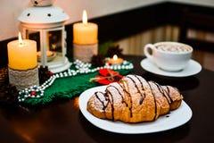 Croissant de chocolat du plat et de la tasse blancs de cappuccino Photographie stock libre de droits