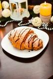 Croissant de chocolat du plat et de la tasse blancs de cappuccino Photos stock