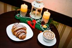 Croissant de chocolat du plat et de la tasse blancs de cappuccino Photo libre de droits