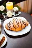 Croissant de chocolat du plat et de la tasse blancs de cappuccino Photos libres de droits