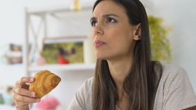 Croissant de mordedura da menina e sensibilidade desagradável de sentimento da dor, do dente e da goma video estoque