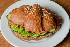 Croissant de Rye avec le salami et le concombre frais photographie stock libre de droits