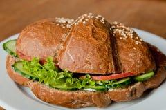 Croissant de Rye avec le salami et le concombre frais images libres de droits