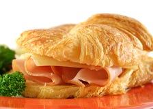 Croissant del formaggio cheddar e del prosciutto Fotografie Stock