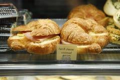 Croissant del jamón y del queso imagenes de archivo
