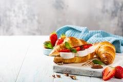 Croissant del panino con il formaggio di capra fotografia stock libera da diritti