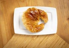 Croissant delicioso na placa Fotos de Stock Royalty Free