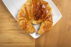 Croissant delicioso na placa Foto de Stock Royalty Free