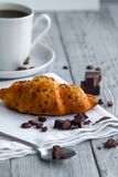 croissant delizioso con una tazza di caffè su una tavola grigia di legno immagine stock libera da diritti