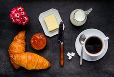 Croissant della prima colazione con caffè Fotografia Stock Libera da Diritti