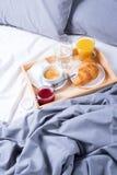 Croissant di legno del caffè del vassoio del pezzo di terra coltivato alla prima colazione di mattina fotografie stock libere da diritti
