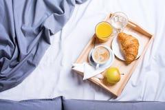 Croissant di legno del caffè del vassoio del pezzo di terra coltivato alla prima colazione di mattina immagine stock libera da diritti