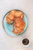 Croissant di recente al forno con una tazza di caffè Fotografia Stock