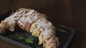 Croissant di recente al forno, foglie di menta e tazza di caffè sul bordo di legno, vista superiore, fuoco selettivo stock footage