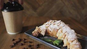 Croissant di recente al forno, foglie di menta e tazza di caff? sul bordo di legno, vista superiore, fuoco selettivo video d archivio