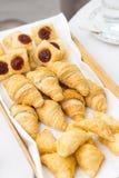 Croissant di recente al forno sul canestro di vimini Immagini Stock