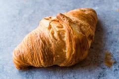Croissant di recente al forno sulla superficie del blu Fotografia Stock Libera da Diritti