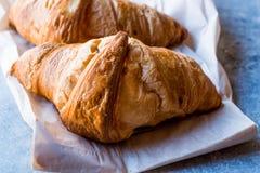 Croissant di recente al forno sulla superficie del blu Fotografie Stock Libere da Diritti