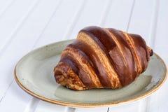 Croissant do chocolate e copo de chá frescos para o café da manhã no wo branco foto de stock royalty free