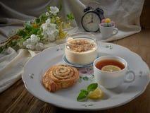 Croissant, doce, ch? com lim?o, em um prato de porcelana imagem de stock