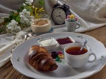 Croissant, doce, ch? com lim?o, em um prato de porcelana foto de stock royalty free