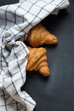 Croissant dois fresco e toalha torcida Foto de Stock
